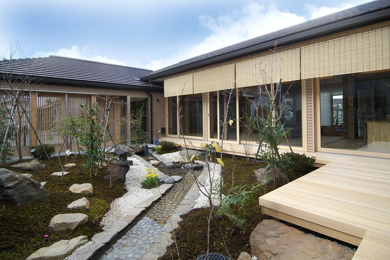 小川流れる庭園の現代和風の家