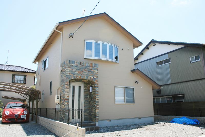 石張りの玄関が似合う家